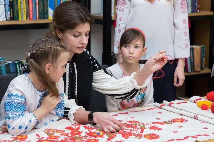 Як Марина Порошенко з школярами вишивала рушника «Сонячна Одещина». Фотогалерея
