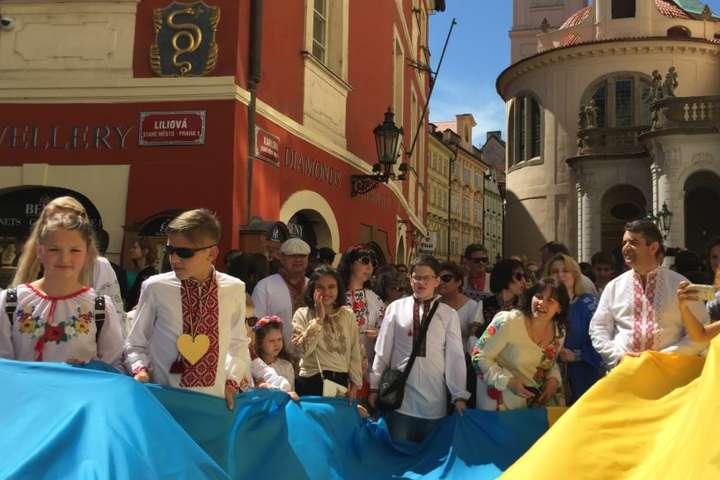 Мегамарш вишиванок у Празі - Мегамарш вишиванок відбувся у Чехії  відео 0bb86798084a7