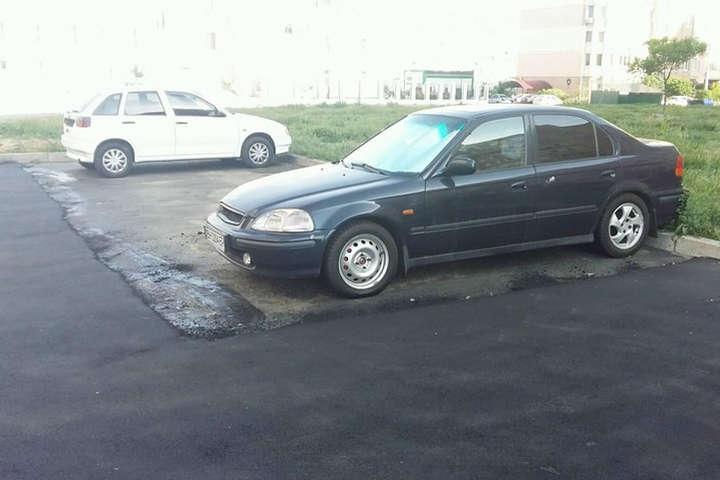 В Одесі постелили свіжий асфальт навколо припаркованих автомобілів