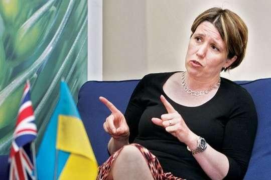 Посол Великої Британії в Україні Джудіт Гоф - Посол Великої Британії відреагувала на напад на фанатів «Ліверпуля»
