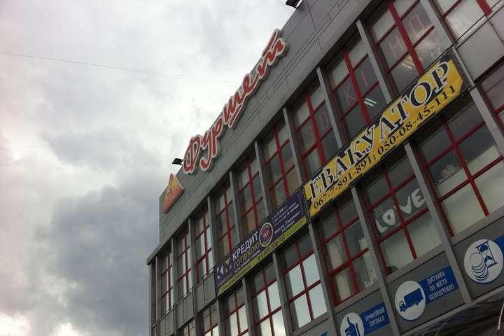 У Стрию розбився 16-річний хлопець, що робив селфі на даху супермаркету - На Львівщині розбився хлопець, що робив селфі на даху супермаркету