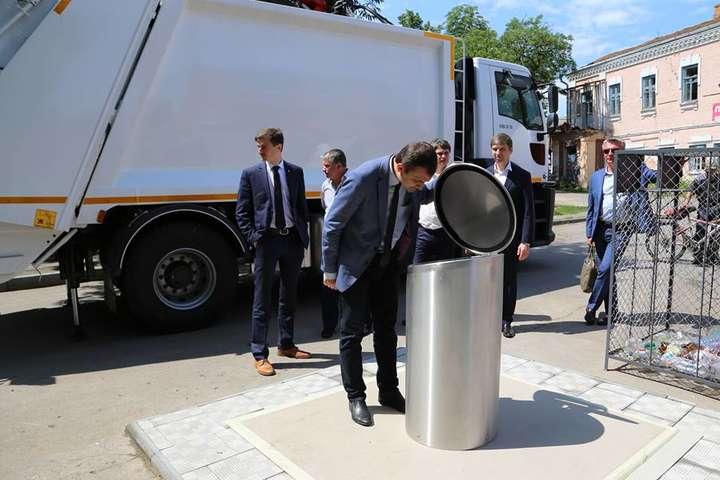 У Хмельницькому з'явилися перші підземні сміттєві контейнери (фото)