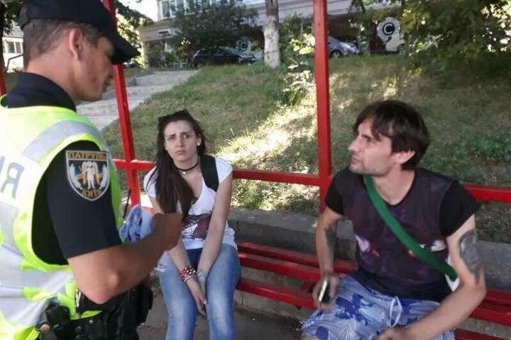 У Києві молоді люди розклеювали оголошення про продаж наркотиків — У Києві затримали парочку, яка клеїла оголошення про продаж наркотиків