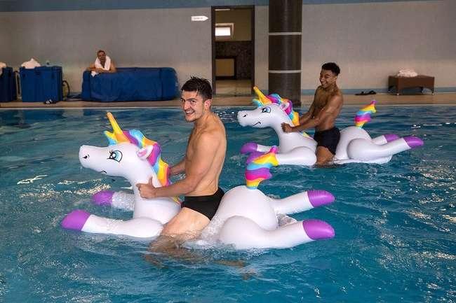 Английские футболист в бассейне