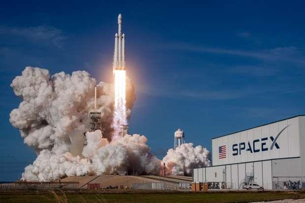 SpaceX получила 1-ый договор назапуск Falcon Heavy своенным спутником