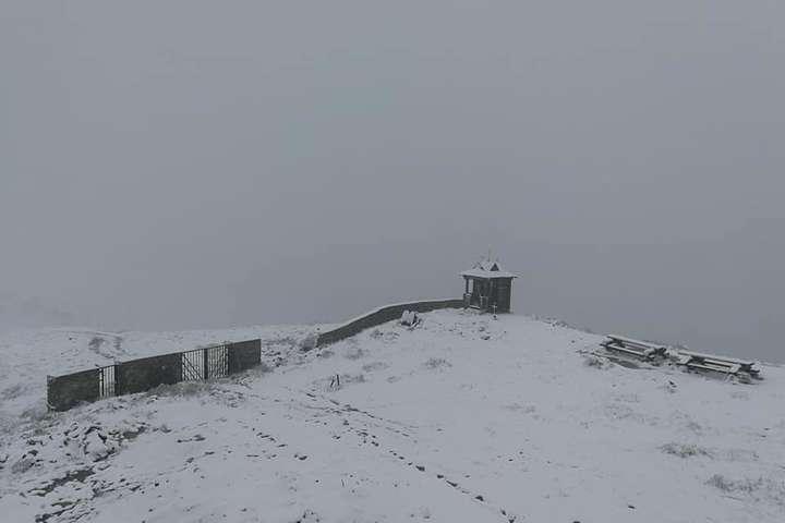 Сніг на Закарпатті - Літній сніг на Закарпатті: рятувальники прийшли на допомогу туристам