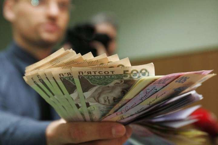 Середня зарплата побила рекорд: денайбагатші українці