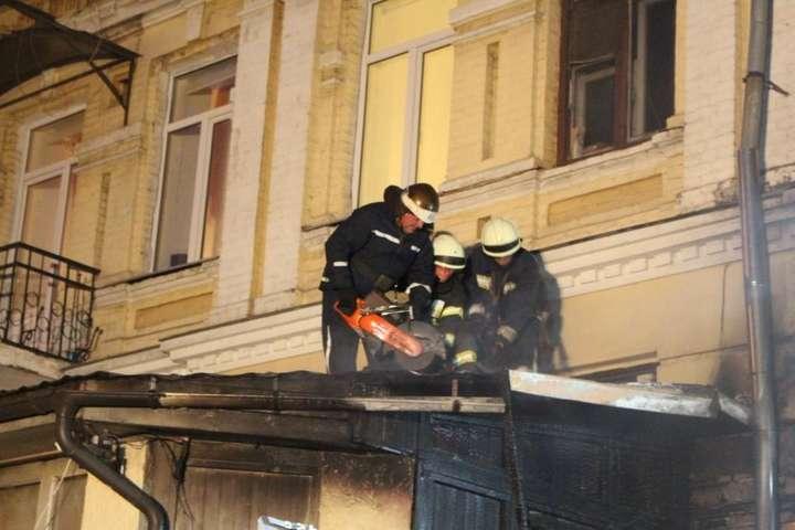 Ліквідація пожежі на вул. Борисоглібській - Велика пожежа на Подолі: вогонь з недіючої будівлі перекинувся на житловий будинок