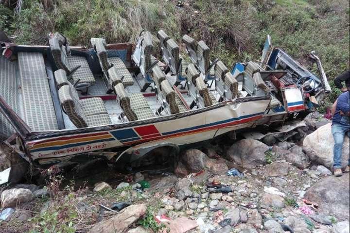 Наслідки падіння автобуса у прірву - Дощ призвів до смертельної аварії автобуса в Індії: 40 загиблих