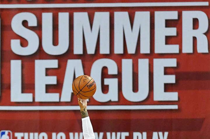 Двоє баскетболістів з України зіграють у матчах НБА у ніч на Купала