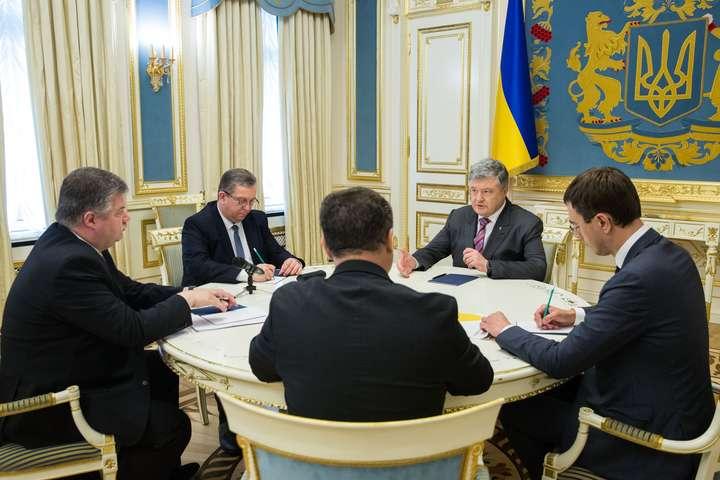Укрпочта прекратит выплачивать пенсии, Порошенко отреагировал