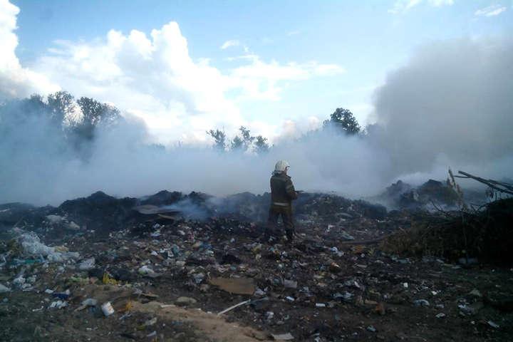 Вогнеборці четверту добу гасять пожежу на сміттєзвалищі у Полтавській області