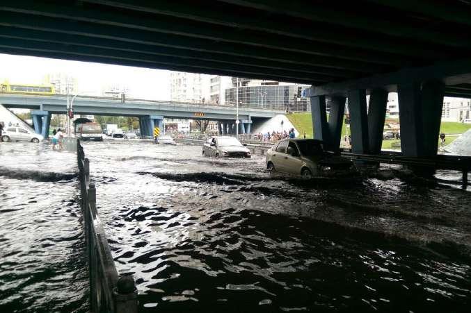 <p>Потоп на дорозі біля станції метро &laquo;Лівобережна&raquo;</p> - На столичних дорогах потоп: на Лівобережці машини плавають (відео)
