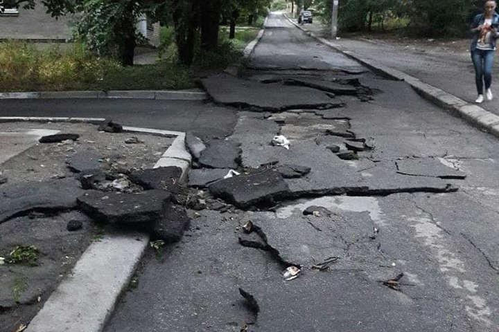 Після негоди нові дороги у Запоріжжі розвалились на шматки (фото)