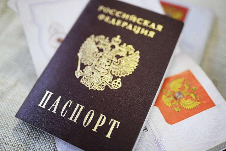 Глава Прикордонної служби пояснив, чому кримчани соромляться паспортів РФ з кримською пропискою