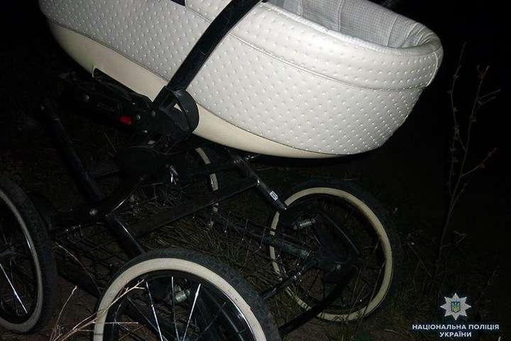 В результаті зіткнення немовля випало, отримавши тілесні ушкодження - На Донеччині підліток на мопеді збив дитячий візок: немовля у тяжкому стані