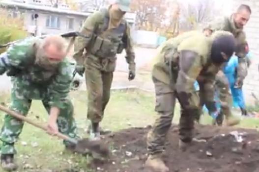 Бойовики на Донбасі живцем закопали російського контрактника