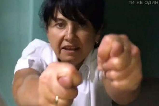 П'яна медсестра у Харкові нападала на дітей і тягала за волосся