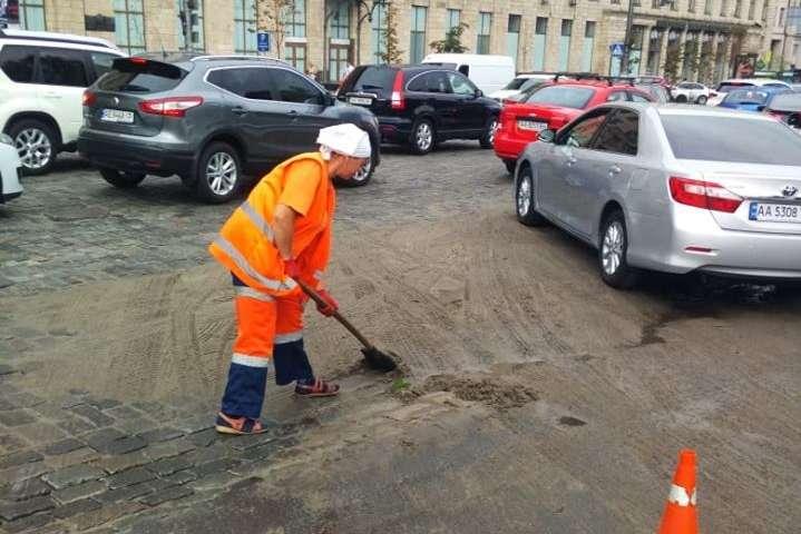 У Києві продовжують ліквідацію наслідків руйнівної негоди: фото