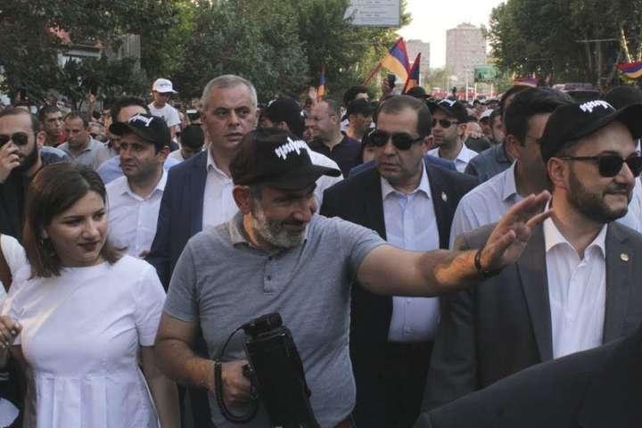 Прем'єр-міністр Вірменії Нікол Пашинян зі своїми прихильниками в Єревані