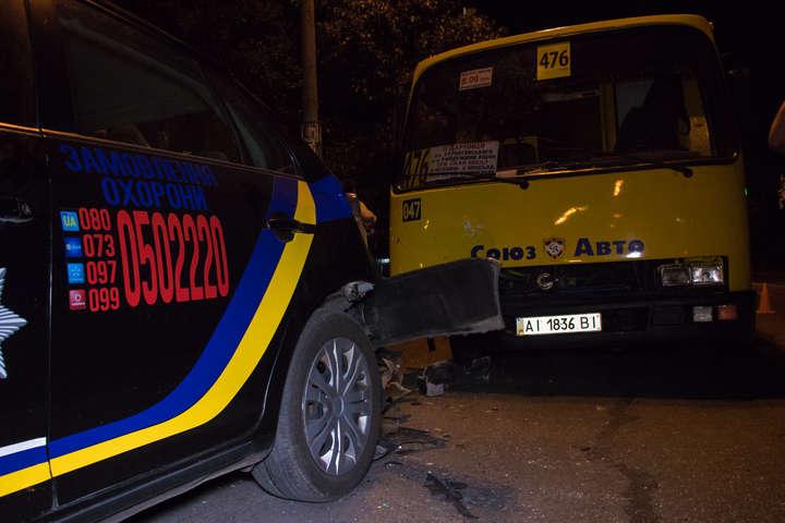 Маршрутка протаранила поліцейський автомобіль - У Києві маршрутка протаранила автомобіль поліції (фото, відео)