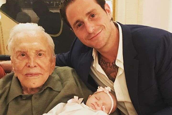Пользователей сети умилил снимок 101-летнего отца Майкла Дугласа с правнучкой