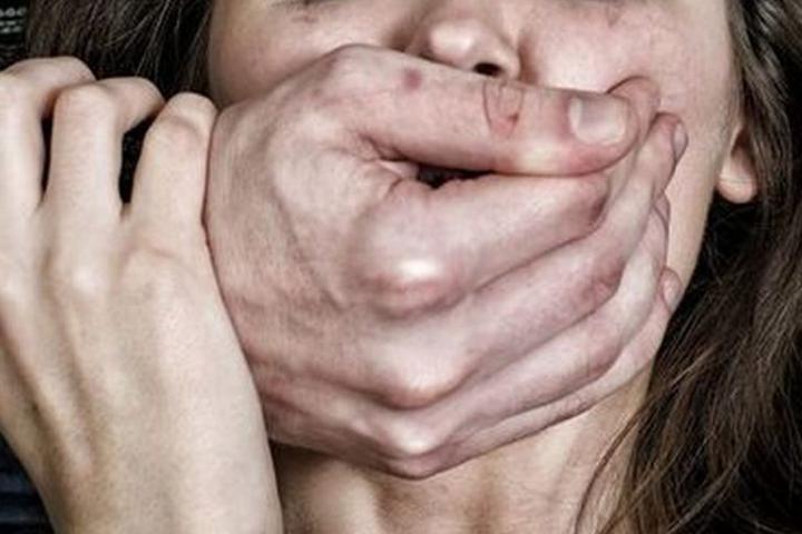 У столиці рецидивіст зґвалтував та пограбував жінку