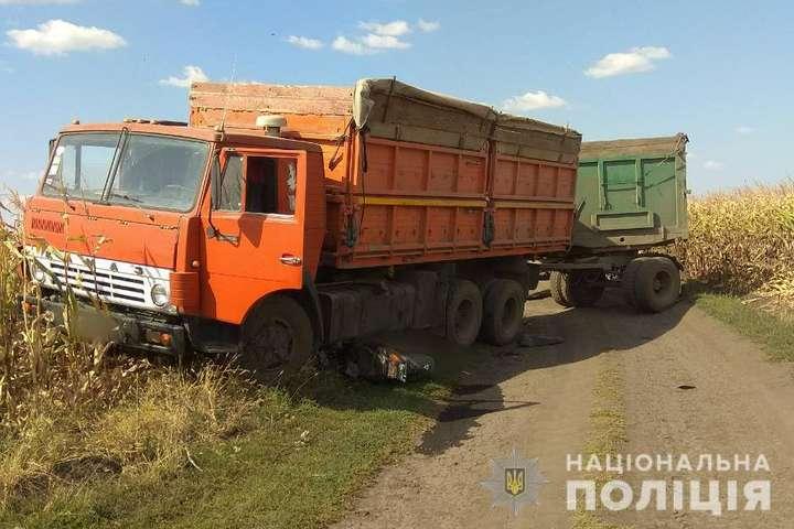 <p>ДТП сталася на ґрунтовій дорозі</p> - У Харківській області КамАЗ наїхав на скутер, дві людини загинули