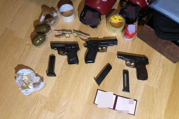 Зброя, вилучена у помешканні зловмисника — Затримано молодика, який відкрив стрілянину на ринку у Києві