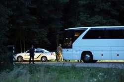 Фото: — На в'їзді до резиденції нардепів зустрічали співробітники Держуправління охорони та Нацполіції