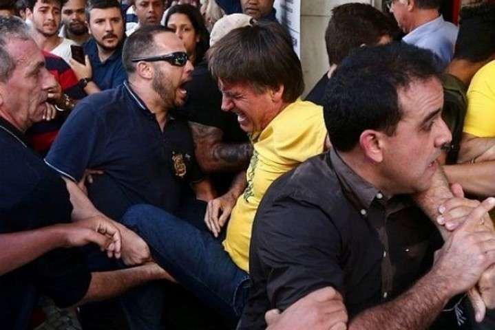 <span>Болсонару доставили до лікарні і прооперували</span> - Фаворита президентських виборів в Бразилії поранили ножем на зустрічі з виборцями