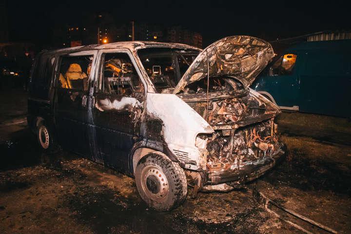 На Прикарпатті згорів автомобіль, вогонь пошкодив і гараж