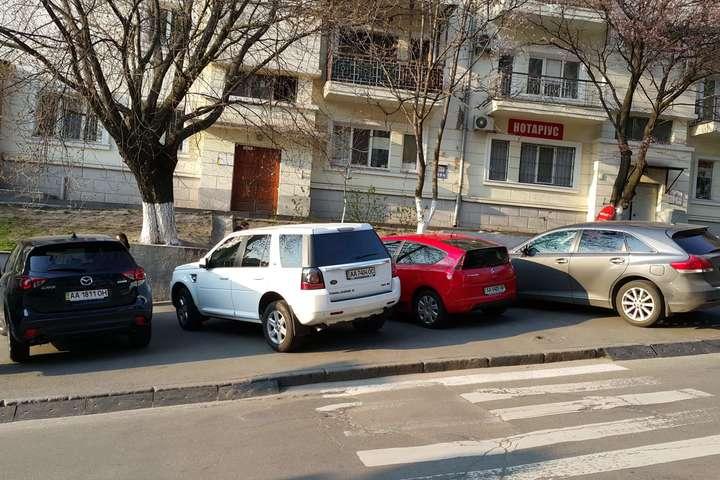 Чи змусять водії«нові правила паркування» припинити порушувати ПДР? — Нові штрафи. Як каратимуть водіїв, які лізуть на територію пішоходів та громадського транспорту