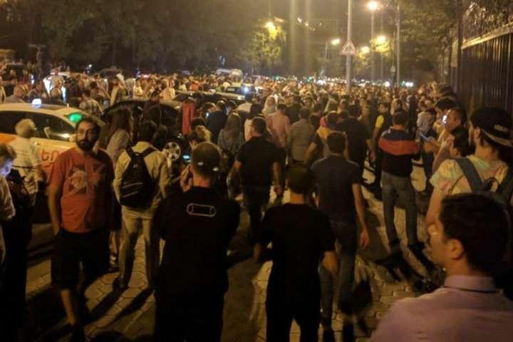 <p>Ввечері 2 жовтня до будівлі Національної Асамблеї у Єревані вийшли тисячі протестувальників</p> — У Вірменії нова хвиля протестів через закон, який блокує вибори