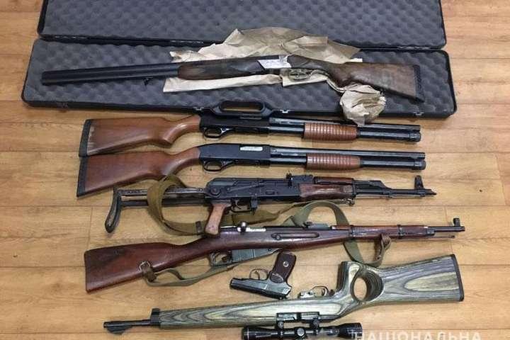 Наразіполіцейські встановлюють власника схрону - Жителька Слов'янська здала в поліцію мішок зброї