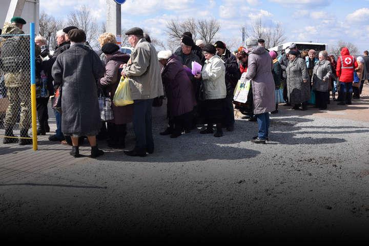 Пункт пропуску на Донбасі — У Донецькій області на лінії розмежування померла жінка