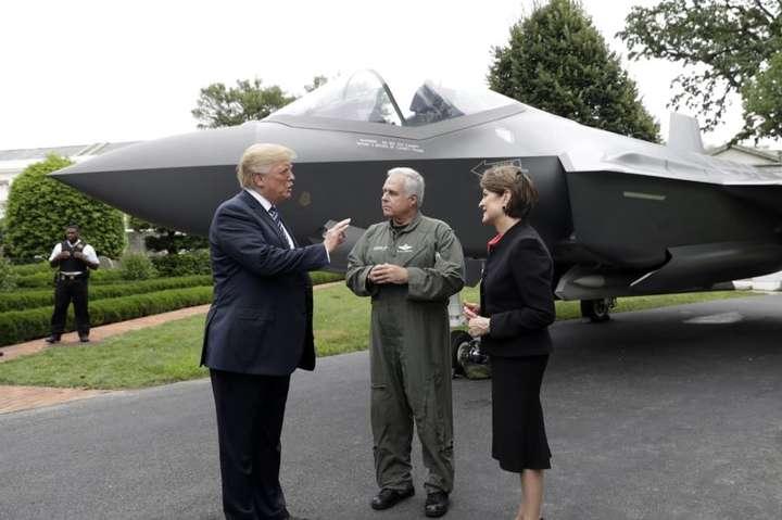 <span>Президент США Трамп спілкується з президентом авіабудівної компанії Lockheed Martin Мерілін Гьюсон та льотчиком Аланом Норманом на тлі F-35. Липень 2018-го року</span> - Міноборони США заборонило винищувачам F-35 підніматись у повітря