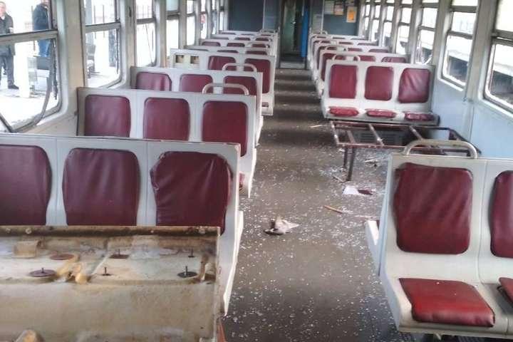 Підлітки за 20 хвилин розтрощили вагон електрички — Розбиті вікна, вирвані сидіння: поліція встановила юнаків, що розгромили електричку