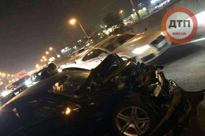 У Києві Mercedes влетів в маршрутку: є постраждалі