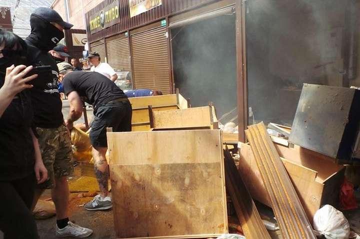 Радикали розгромили кіоски на ринку біля метро«Лісова» - Учасники погрому на ринку біля метро «Лісова» отримали умовний термін