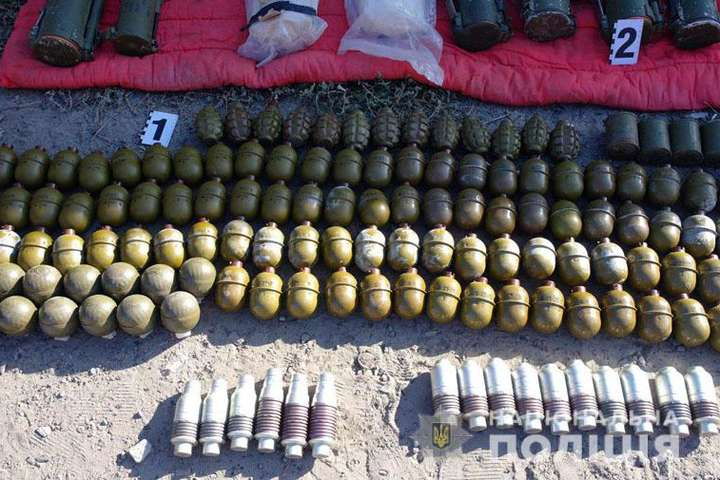На Донеччині виявили крупний схрон з боєприпасами