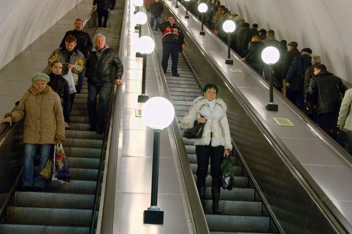 Надзвичайна подія сталася на ескалаторі — Кашель і паніка: у київському метро розпилили невідому речовину