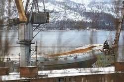 Фото: — <p>Під час виходу авіаносця з доку сам док затонув, а на «Адмірала Кузнєцова» впав кран</p>
