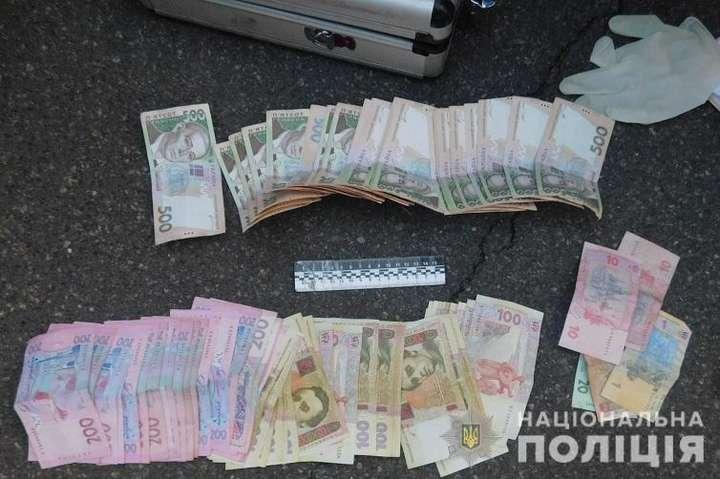 <p>Під час обшуку затриманих та автомобіля, на якому вони пересувалися, поліцейські вилучили гроші та сувенірні купюри, які вони залишали потерпілим</p> - У Києві затримано групу іноземців, які грабували пенсіонерів