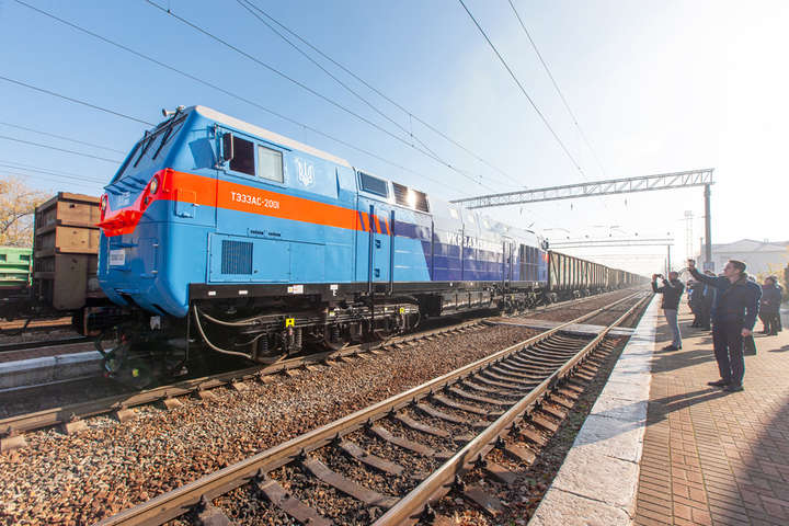 Локомотив легко зрушив з місця48 навантажених вагонів — Американський локомотив «Тризуб» вирушив у перший випробувальний рейс (фото)