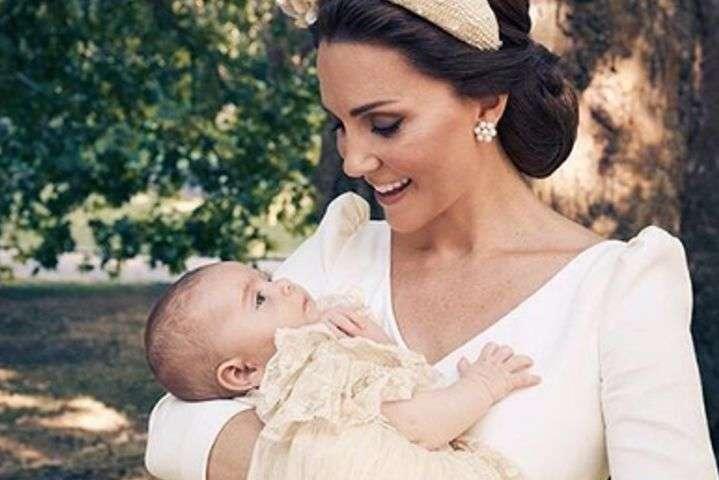 Опубликовано новое фото принца Луи с принцем Чарльзом и Кейт Миддлтон