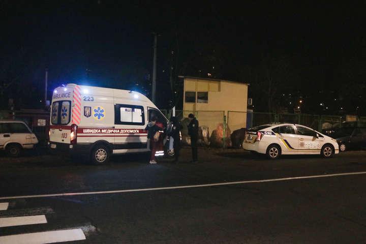 Лікарі надали першу допомогу постраждалому чоловікові і госпіталізували в лікарню - На Русанівці невідомі стріляли в чоловіка
