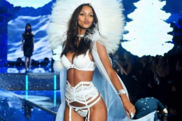 Модель Victoria's Secret Лаис Рибейро засекли на пляже в Малибу