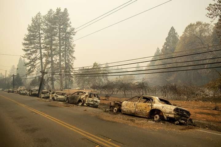 Унаслідок лісових пожеж в США кілька водіїв згоріли в авто - Масштабна пожежа в Каліфорнії: дев'ятеро людей загинули