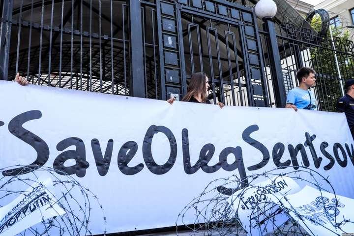 Діячі культури з різних країн напередодні приїзду Путіна до Франції закликали звільнити Сенцова